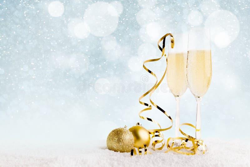 Nieuwe jaarachtergrond met champagnefluiten stock foto's
