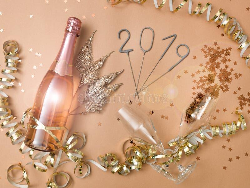 Nieuwe jaarachtergrond met fles champagne royalty-vrije stock afbeelding