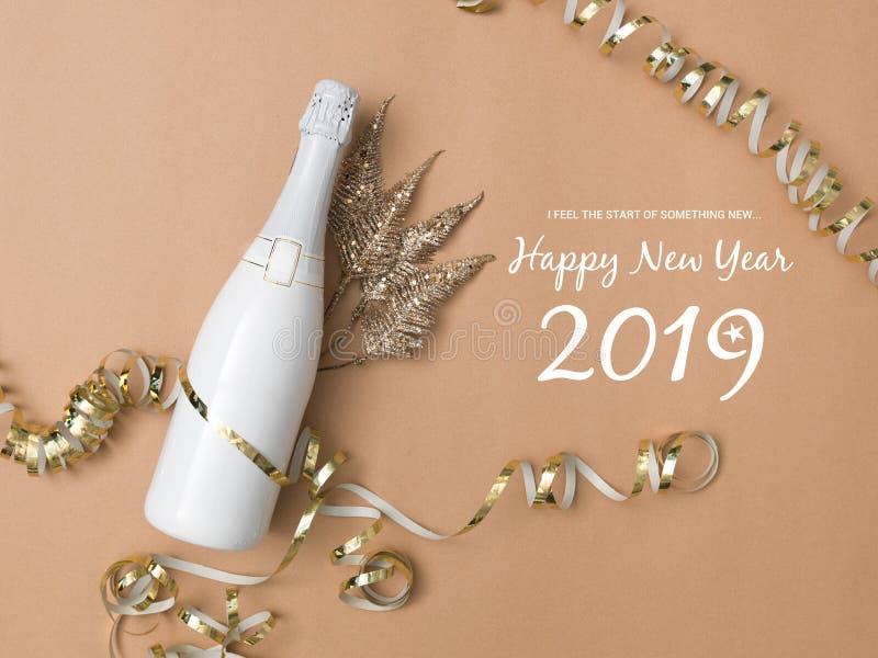 Nieuwe jaarachtergrond met fles champagne stock afbeelding
