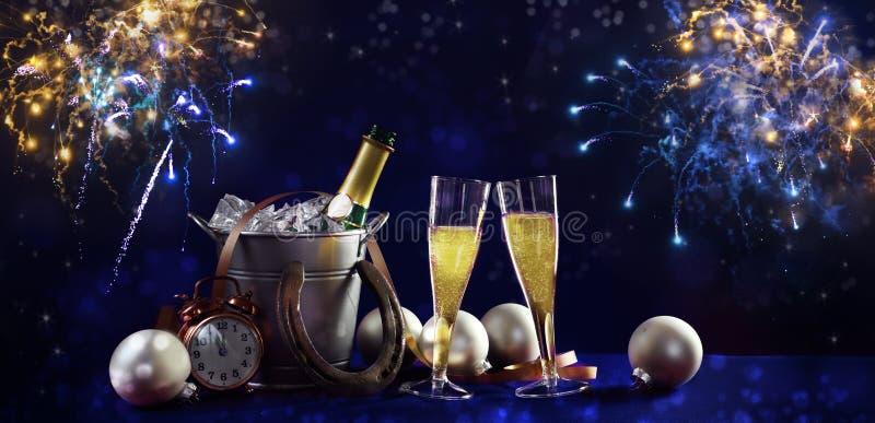 Nieuwe jaarbanner als achtergrond met champagnefles en glazen, c stock afbeelding