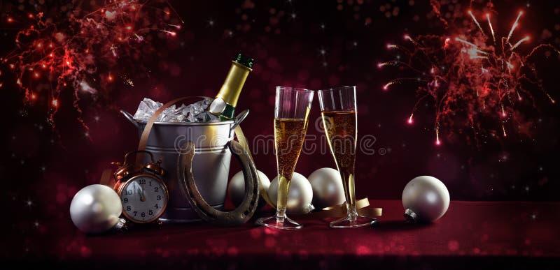 Nieuwe jaarbanner als achtergrond met champagnefles en glazen, Si stock afbeelding