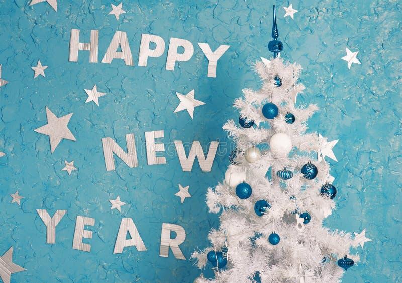 Nieuwe jaardecoratie op blauwe muur stock afbeelding