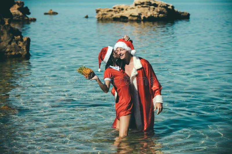 Nieuwe jaarmeisje en kerel als rode Kerstman stock afbeelding