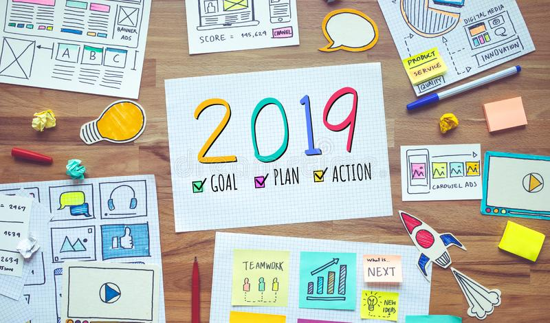 2019 nieuwe jaarresoluties met bedrijfs digitale marketing en administratieschets over houten lijst de concepten van de analysest stock afbeeldingen