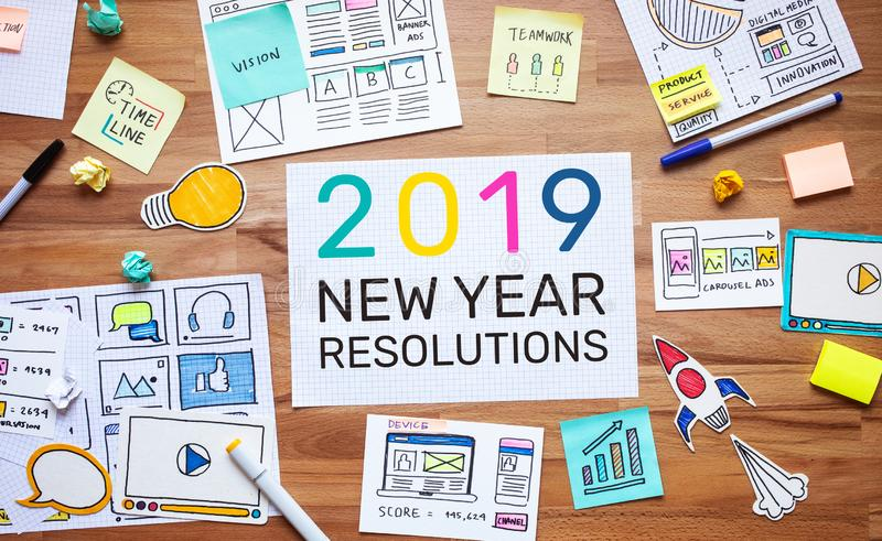 2019 nieuwe jaarresoluties met bedrijfs digitale marketing en administratieschets over houten lijst de concepten van de analysest royalty-vrije stock foto's