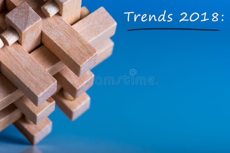 2018 nieuwe jaartendensen Nieuwe tendens bij bedrijfsinnovatietechnologie en andere gebieden Blauwe achtergrond met macromening v stock afbeeldingen