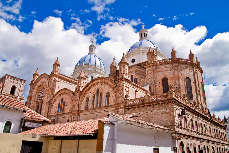 Nieuwe kathedraal in Cuenca met blauwe hemel royalty-vrije stock fotografie