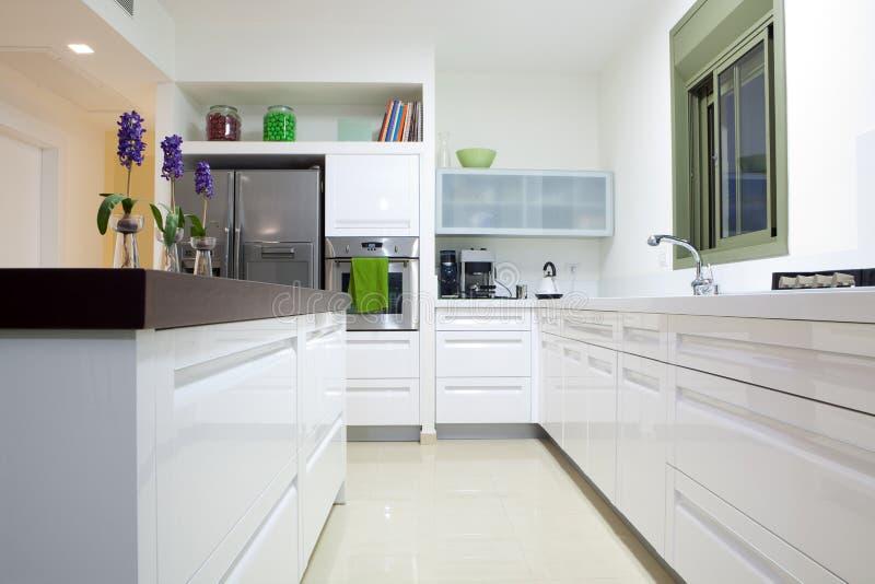 Nieuwe keuken in een modern huis royalty-vrije stock afbeeldingen
