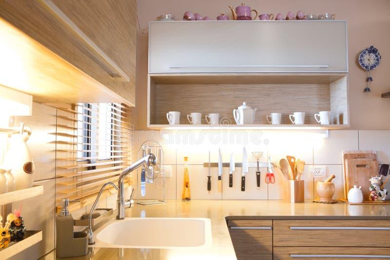 Nieuwe keuken in een modern huis royalty-vrije stock foto's