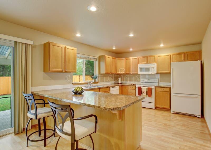 Nieuwe klassieke houten grote keuken met grijze tegenbovenkant royalty-vrije stock afbeelding
