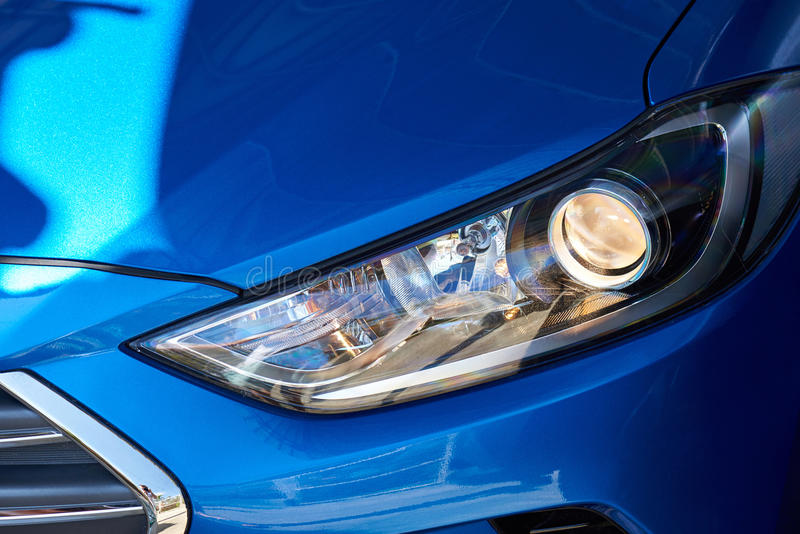 Nieuwe koplamp van blauwe auto stock fotografie