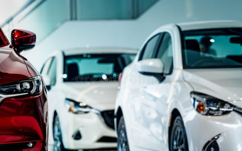 Nieuwe luxe rode glanzende compacte auto die in moderne toonzaal wordt geparkeerd Het bureau van het autohandel drijven Auto klei stock fotografie