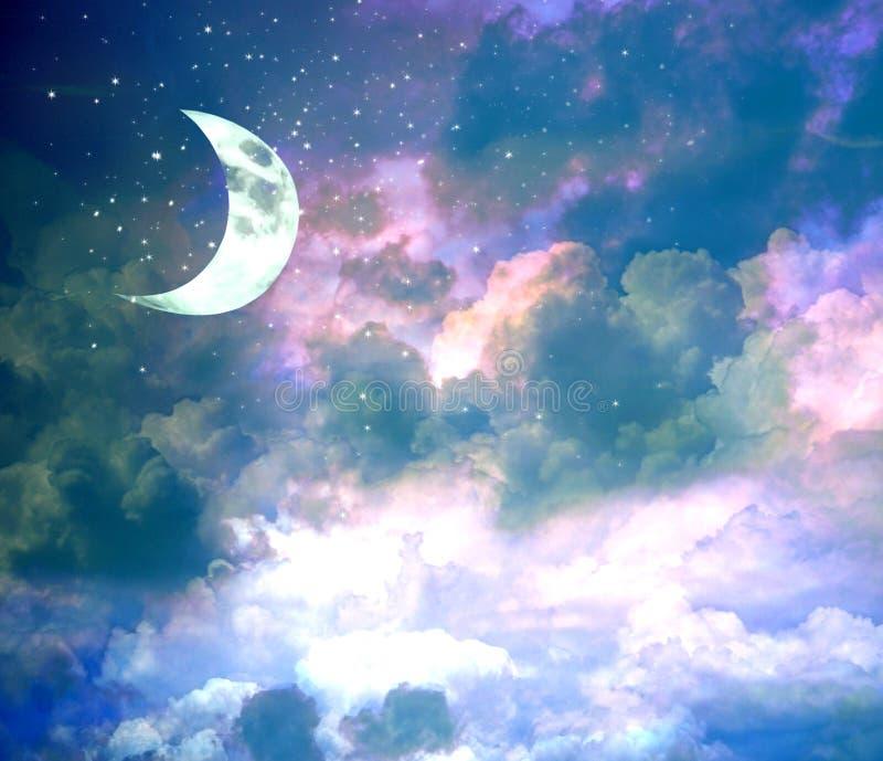 Nieuwe maan op avond blauwe hemel met glanzende sterren stock fotografie
