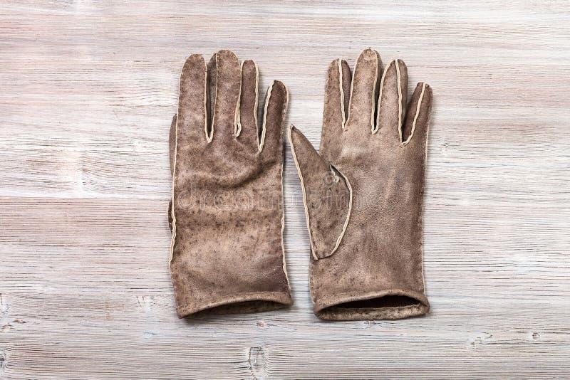 Nieuwe met de hand gemaakte gestikte handschoenen op lijst royalty-vrije stock afbeelding
