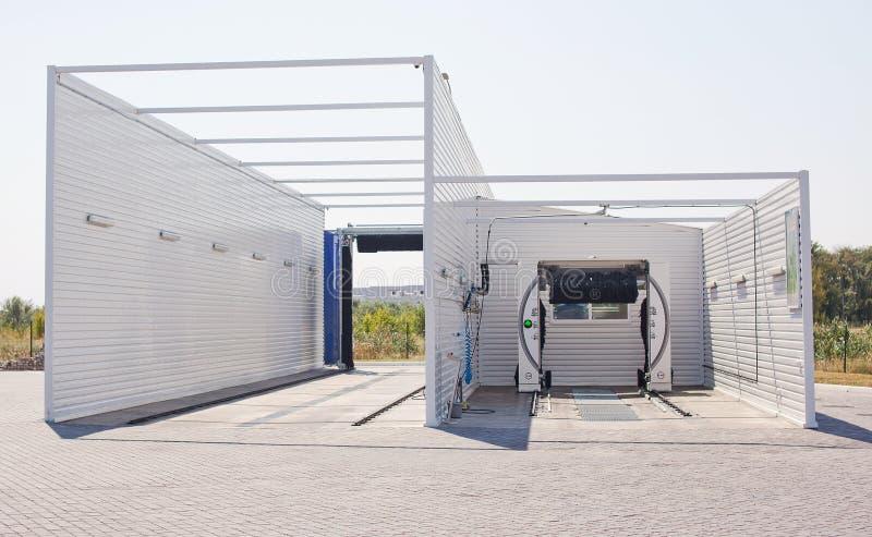 Nieuwe moderne automatische carwash in de open lucht royalty-vrije stock foto