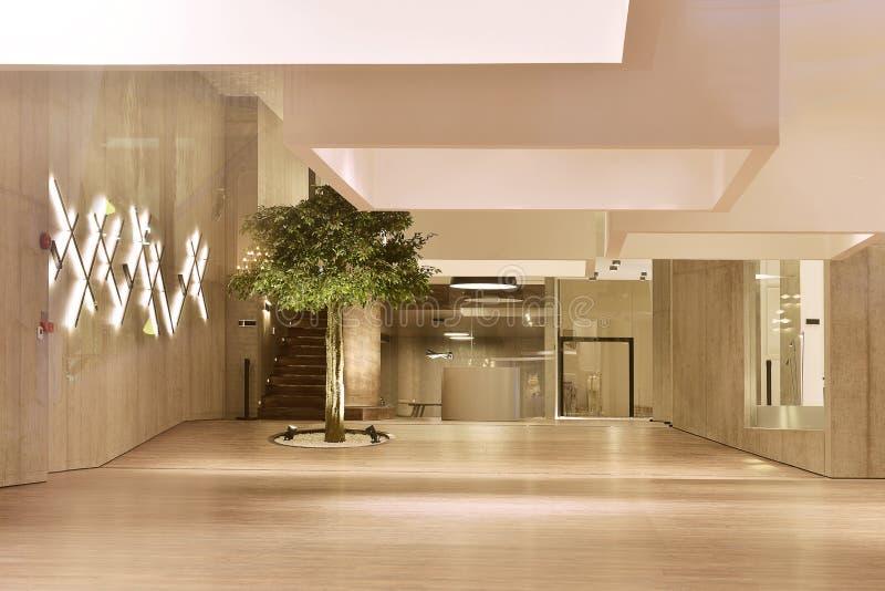 Nieuwe moderne commerciële ruimtetentoonstellingszaal royalty-vrije stock afbeelding
