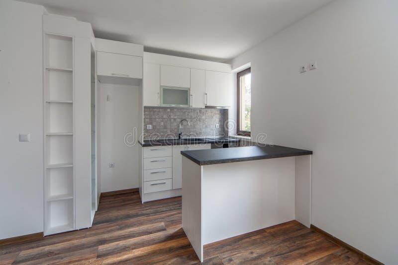 Nieuwe moderne en lege witte keuken Nieuw huis Binnenlandse fotografie Houten Vloer stock foto