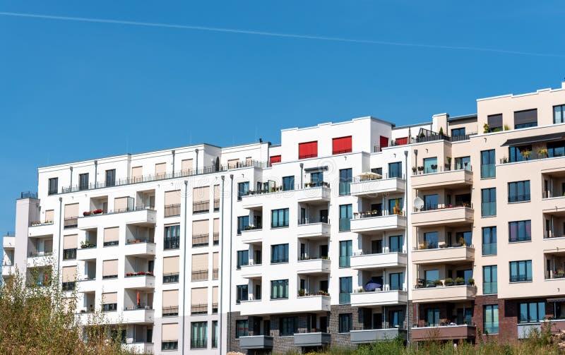 Nieuwe moderne flatgebouwen met meerdere gezinnen stock foto's