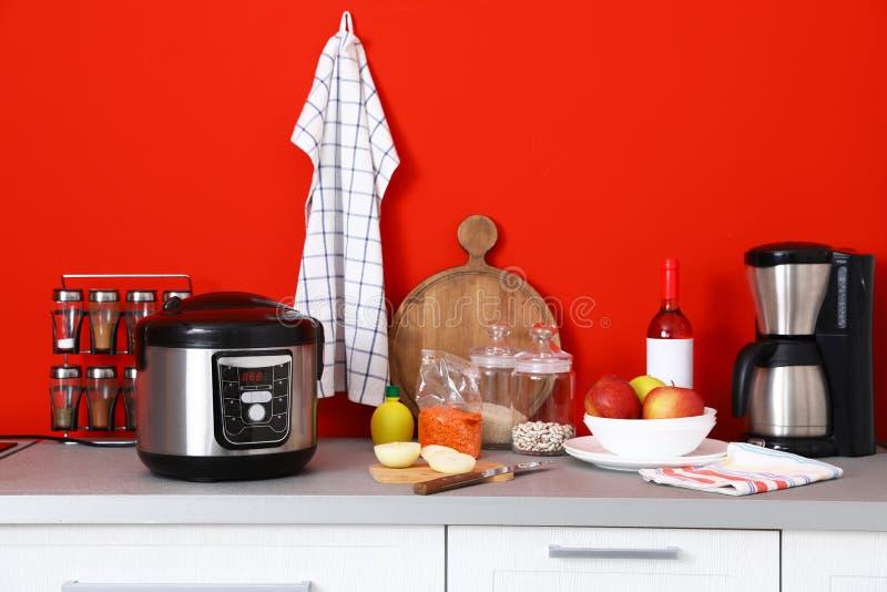 Nieuwe moderne multikooktoestel, koffiezetapparaat en producten op lijst stock afbeelding
