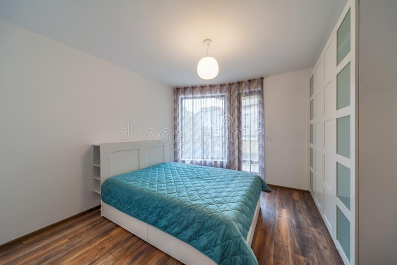 Nieuwe moderne slaapkamer Nieuw huis Binnenlandse fotografie Houten Vloer royalty-vrije stock foto's