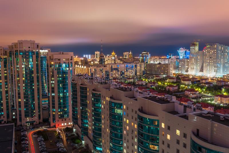 Nieuwe moderne woon complex Weergeven van de flat aan de yard De stad van de nacht Astana, Kazachstan stock fotografie