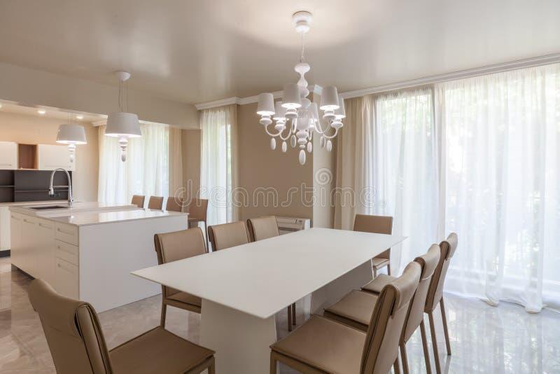 Nieuwe moderne woonkamer met keuken Nieuw huis Binnenlandse fotografie stock fotografie