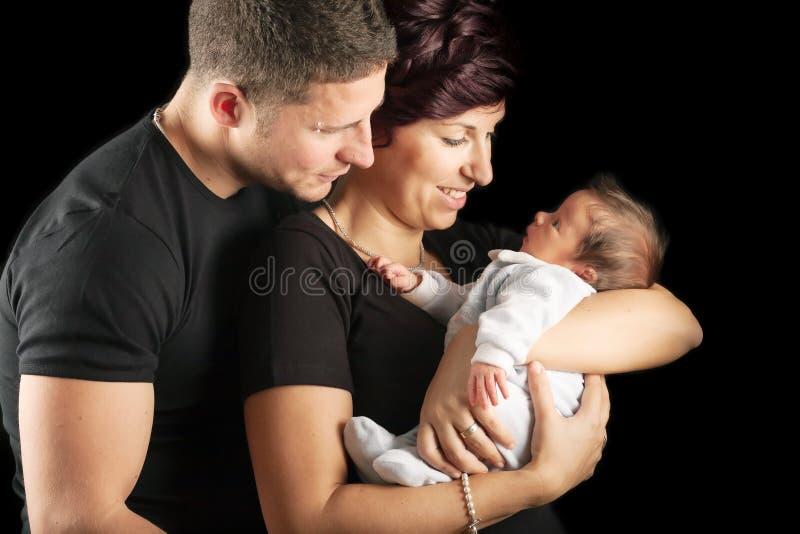 Nieuwe moeder met baby en echtgenoot stock foto's