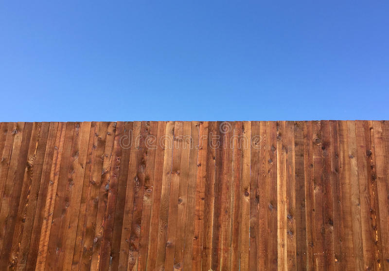 Nieuwe omheining en blauwe hemel royalty-vrije stock foto