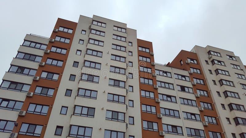 Nieuwe onroerende goederengebouwen met flats stock afbeelding