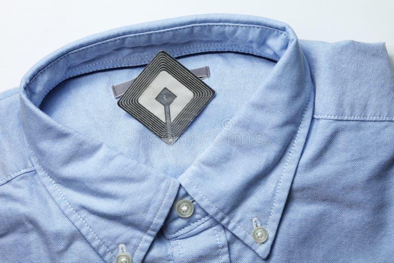 Nieuwe overhemd en rfid markering stock foto