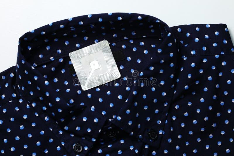 Nieuwe overhemd en rfid markering stock fotografie