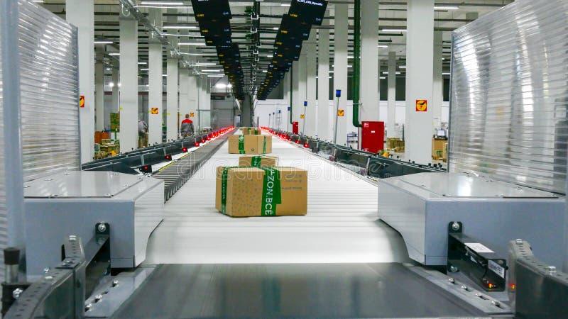 Nieuwe Ozon-bedrijftransportbanden met pakket op het stock fotografie