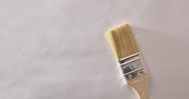 Nieuwe paintbrushe op de witte geweven mening van de lijstbovenkant stock foto