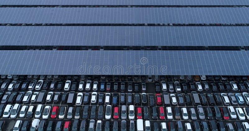 Nieuwe parkeerterrein en vrachtwagen met zonnepaneel stock foto's