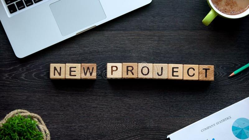 Nieuwe projectuitdrukking op houten kubussen, bedrijfsstrategieontwikkeling, motivatie royalty-vrije stock fotografie