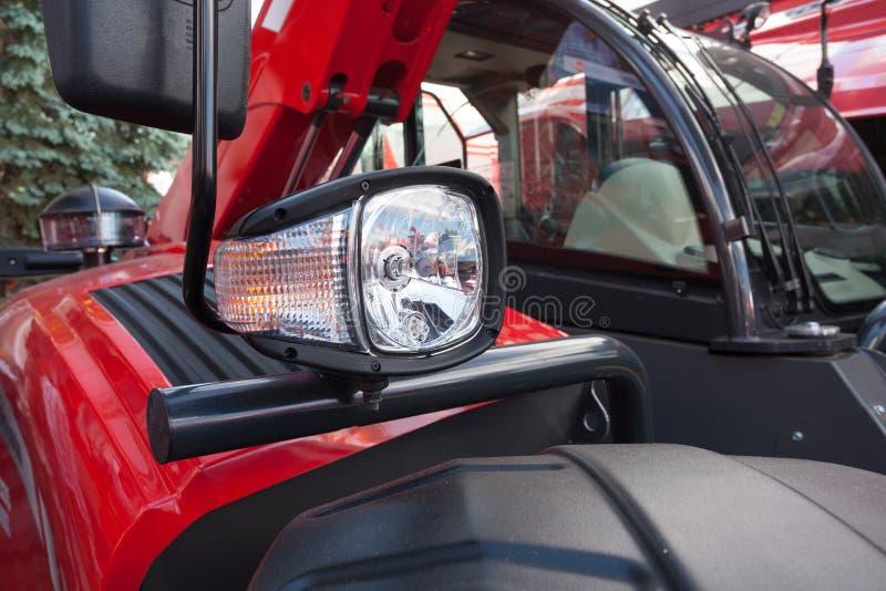 Nieuwe rode dichte omhooggaand van de tractorkoplamp royalty-vrije stock fotografie