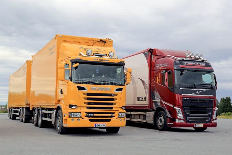 Nieuwe Scania en Volvo-Geparkeerde Vervoervrachtwagens stock afbeelding