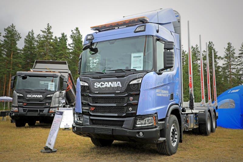 Nieuwe Scania XT-vrachtwagens op beeldscherm stock fotografie