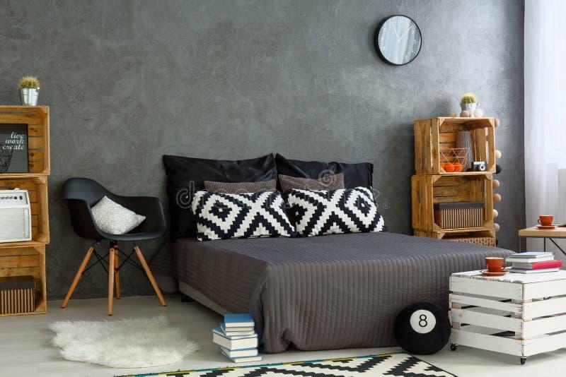 Nieuwe slaapkamer met creatief, DIY-meubilair stock fotografie