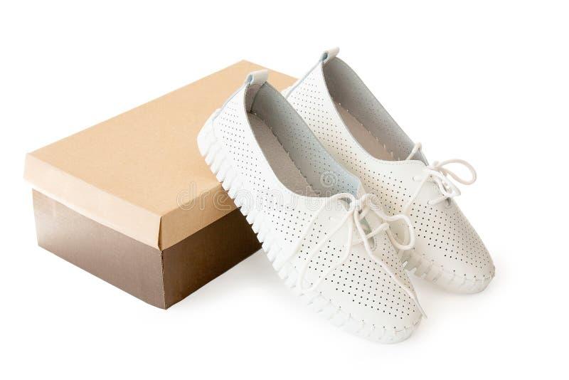 Nieuwe sport witte schoenen en doos stock afbeelding