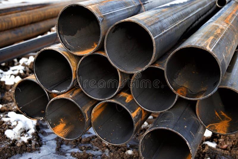 Nieuwe staalpijpen met roest stock foto's