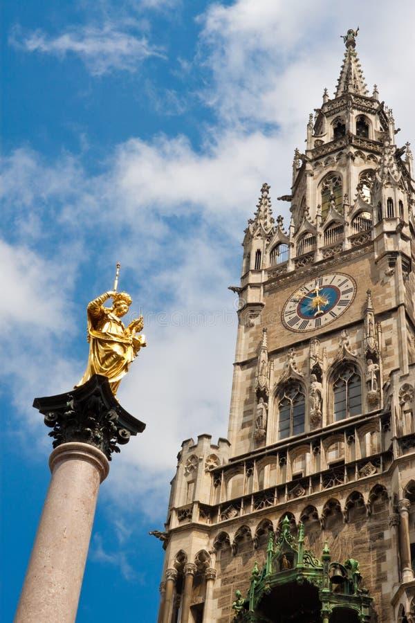 Nieuwe Townhall en een gouden standbeeld van Maagdelijke Mary in München royalty-vrije stock fotografie