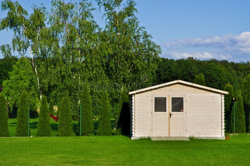 Nieuwe tuinhuis of loods in groen gazon of gras royalty-vrije stock foto's