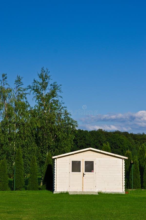Nieuwe tuinhuis of loods in groen gazon of gras stock afbeeldingen