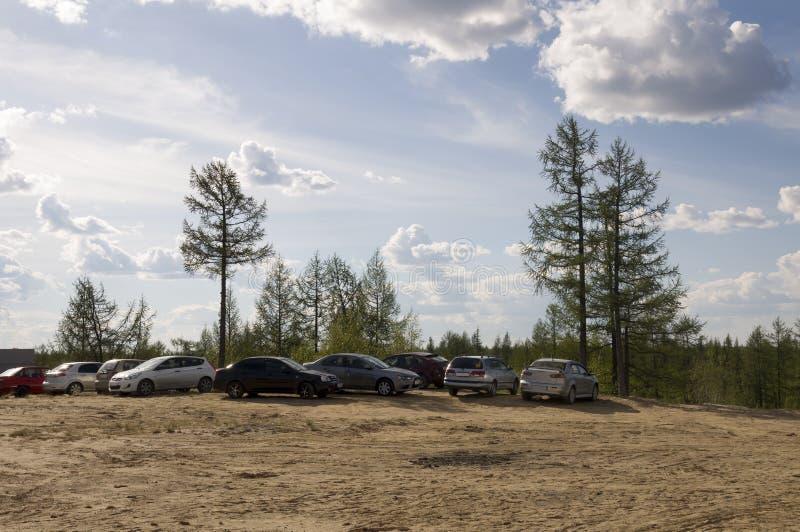 Nieuwe Urengoy, YaNAO, het Noorden van Rusland 22 juni, 2014 weekend De auto's wainting wanneer theirs eigenaars op de aard ruste royalty-vrije stock foto