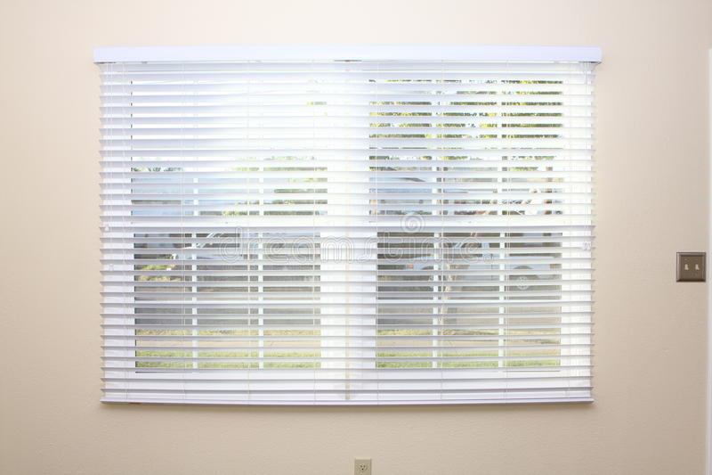 Nieuwe vensterzonneblinden op binnenlandse muur stock foto's