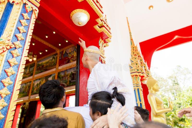 Nieuwe verordende monnik die met een Thaise Boeddhistische monniksoptocht bidden wanneer oud mannetje meer dan 20 jaar royalty-vrije stock afbeeldingen