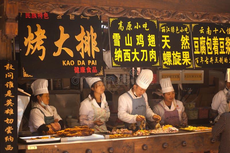 Nieuwe voedselopslag open voor toeristen in de oude stad van Lijiang. stock afbeeldingen