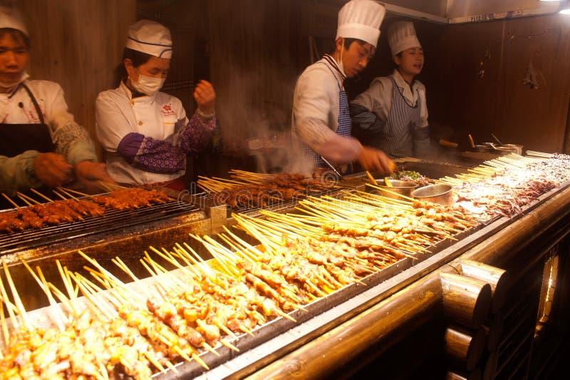 Nieuwe voedselopslag open voor toeristen in de oude stad van Lijiang. stock foto
