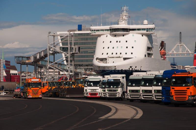 Nieuwe vrachtwagens in de haven stock foto